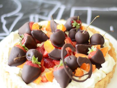 Chocolate-dipped-fruits